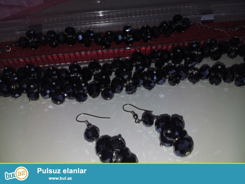 Bijuteriya satılır,yenidir,deste qolbaq,boyunbağı və sırğalar daxildir.