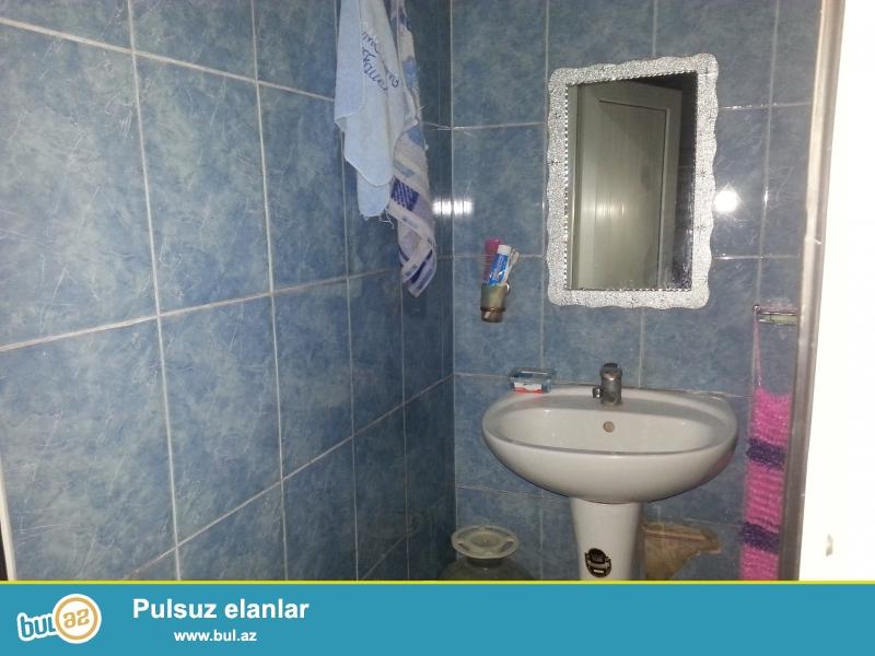 Ev Baki seheri Bineqedi rayonu Bineqedi qesebesinde yerlesir. Evin umumi sahesi 80 kv metrden ve 4 otaqdan metbexden hamam tualetden ibaretdir...