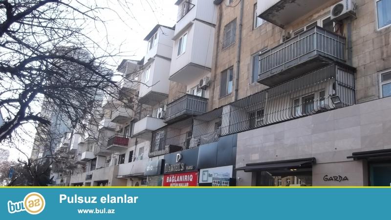 Срочно.<br /> В элитном районе города на проспекте Азадлыг около «Коала Парка» срочно продаётся 3-х комнатная квартира, каменный «экспериментальный» дом, 5/5, общая площадь 87 кв...