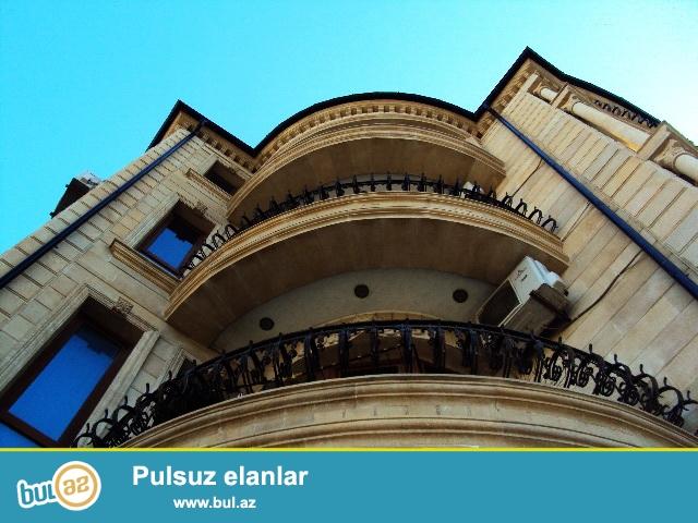 Очень срочно! Вблизи проспекта  Азадлыг ,  неподалёку от м/с  Генджлик ! Продаётся 3-х этажный особняк с  мини мансардой и  с круговой верандой , расположенный  на  4...