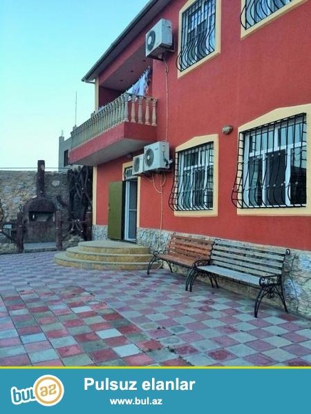 Для очень солидных клиентов! В поселке Новханы направо от Mурад маркета приблизительно на 1км, продается 2-х этажный, площадью 300 квадрат, 7-и комнатный особняк, расположенный на 15 -и сотках земли...