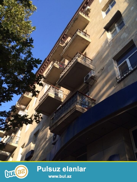 Эксклюзивная продажа!!! Очень СРОЧНО!!!  Экологически благоприятный район напротив посольство Россия продается  роскошная 3-х комнатная квартира с площадью 80 квадратных метров, 1-й этаж 5-ти этажного дома, «классик сталинка», сквозная квартира, раздельные, просторные, светлые комнаты, высокие потолки, квартира с хорошим ремонтом сделанная исключительно для себя все самое дорогое и качественное, полы паркет, окна и двери заменены, 3 сплит кондиционер, встроенная кухонная мебель на заказ со всей бытовой техникой (двухкамерный холодильник, плита/духовка, стиральная машина, микроволновая печь)...