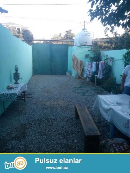 Razin Ellada sadliq sarayinin yaxinliginda,ela temirli 2 sot torpaqda 120kv 3 otaq 2 zal 1 metbexli heyet evi satilir...