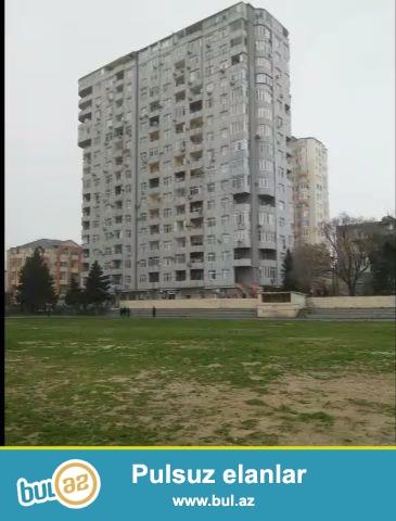 Yasamal rayonu Serifzade kucesinde 17 mertebeli binanin 7-ci mertebesinde umumi sahesi 110 kvm olan, 3 otaqli menzil satilir...