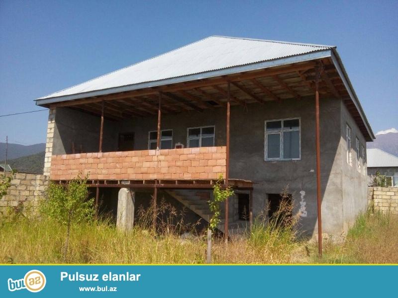 Ev Oguzda,rayon merkezine yaxin mesafede yerlesir.6 sot...