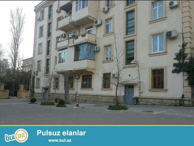 """Yasamal rayonu, İnşaatçılar pr., """"Olimp"""" mağazasının yaxınlığında stalinka layihəli binada 3 otaqlı mənzil satılır..."""
