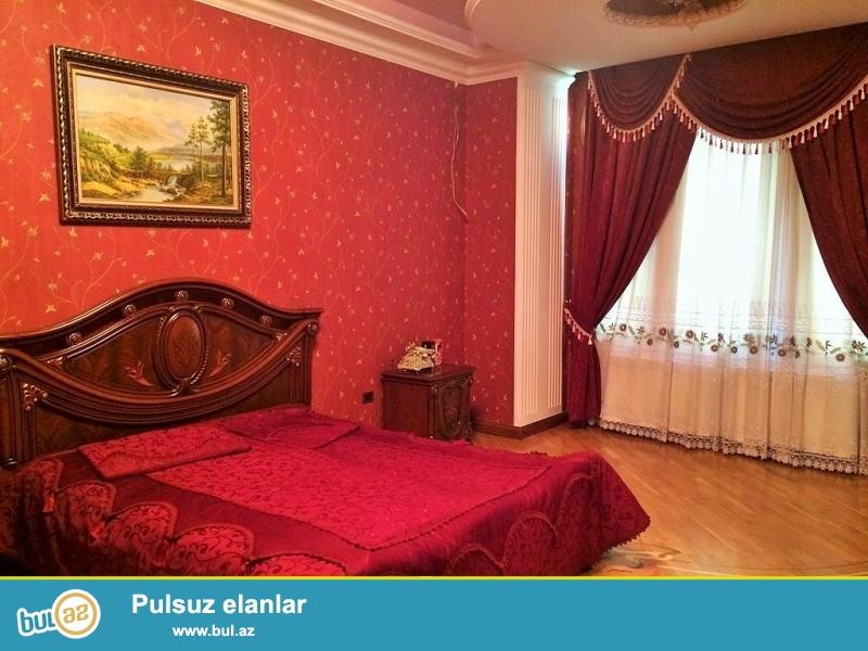 Очень срочно продается 4-х этажный (4 этаж огромная  мансарда со встроенной барной стойкой), 8 комнатный особняк расположенный вблизи  проспекта Теймура Алиева ...