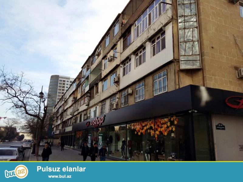 Продаётся срочно.<br /> В районе метро станции «Эльмляр Академиясы», напротив маркета «FAVORIT» продаётся 3-х комнатная квартира...