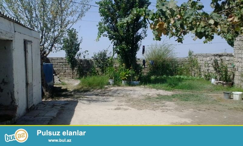 Maştağa Buzovna yolunda əsas yoldan 600 mt məsafədə marşuruta yaxın yerdə 3 sot torpaq sahəsində  ümumi sahəsi 70 kv mt olan 2 otaqlı ev satılır...
