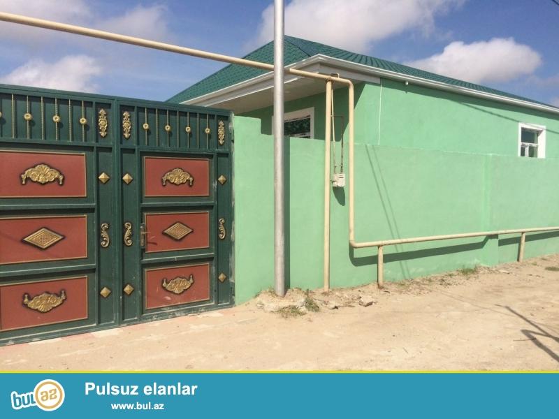 Sabuncu rayonu,Mastaga Memmedyarov kruqunda merkezi maqistral ana yoldan 30-m arali 2-sotun icinde yerden kursulu,qosa-dasla tikili temirli 90-kv 3-otaqli heyet evi satilir...