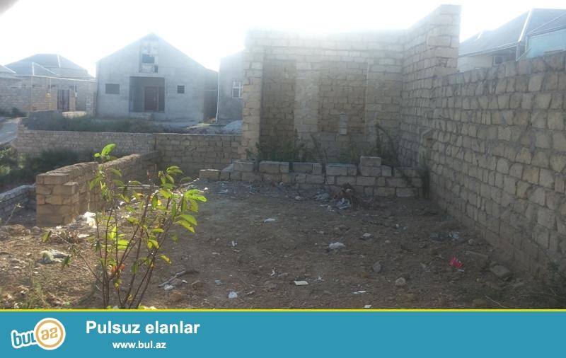 Ramana qəsəbəsi Savxoz Ramana deyilən yerdə tam yol kənarı 2 sot torpaq sahəsində yarıtikili ev satılır...