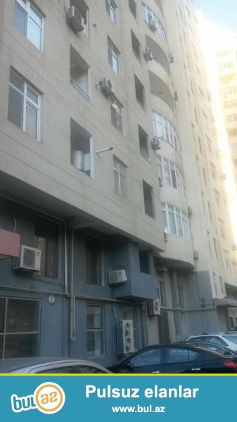 Продаётся   1 комнатная квартира,  переделанная в 2-х комнатную в престижной  полностью заселённой новостройке по проспекту   Матбуат, около Исполнительной власти Ясамальского  района...