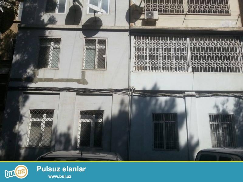 Şəhərin mərkəzi, inqilab Skackanın yanı xruşovka lahiyə 5-3,3 otaqlı mənzil satılır...