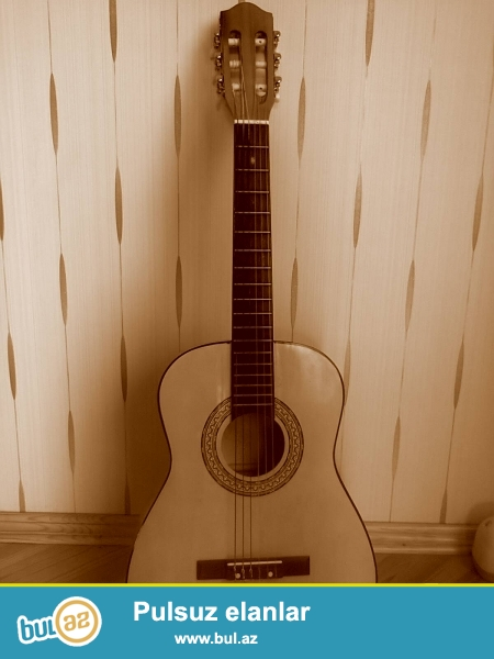 Gitara tezedir 3 ay işdedilib .Oyrenmek ucundur tecili satiram...