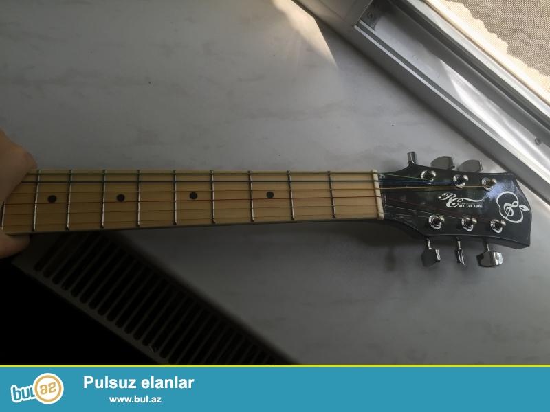 Akustik gitar satiram.1,5 ildir alınıb.oyrene bilmediyim ucun istifade ede bilmedim. Hec bir problemi yoxdur...
