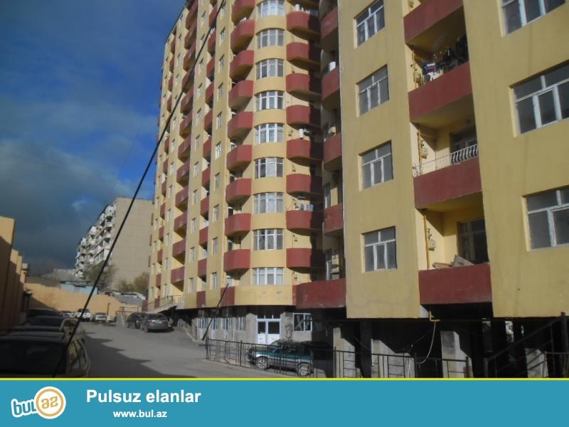 Yeni Yasamal 286 nomreli  mektebin arxasi   qazli binada 2/3 peredelka olunub  temirli menzil 94kv, binada yasayis var, qaz,su,isiq daimidir