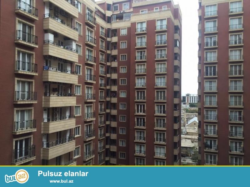 В центре города Баку - на улице Рашид Бехбудова, около «Национального Банка» в самом престижном комплексе от «Глобал Иншаат» (известный как «Мамедовские Дома») продается 4-х комнатная квартира...