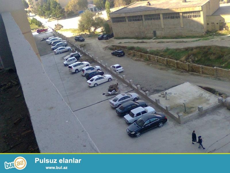 Ahmadlide 171 nomreli mektebin qabaginda, Movida Plaza shadliq sarayinin yaxinliginda 12 mertebeli yenitikilide 6-ci mertebede 93 m2 iki otaqli menzil satilir...
