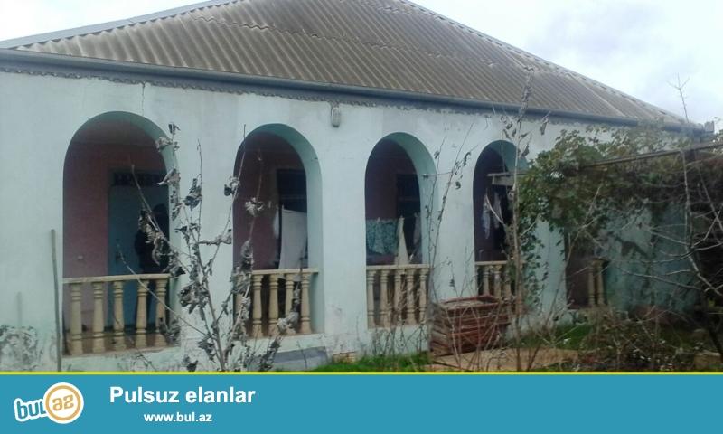 Təcili kupçalı ev satılır.Maştağa Buzovna yolunda yoldan 300 mt məsafədə  6 sot torpaq sahəsində qoşa daşla tikilmiş ümumi sahəsi 100 kv mt olan 3 otaqlı ev satılır...