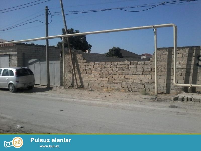 Binə qəs-si, yolun kənarında 30 sotluq həyətimdən       3-6-12 və daha çox torpağ satıram...