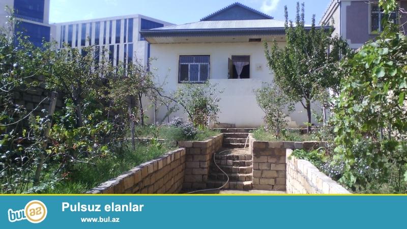 Bakı şəhəri Xocesen qəsəbəsi Lomonosov adina universitetinin 50 m aralıqında 9 daş ustunde kursulu 5 otaqlı ev satılır...