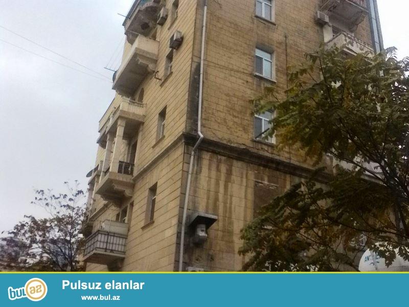 Satılır Azadlıq Amerika səfirliyinin yanında stalinka layihəli binada 3 otaqlı mənzil...
