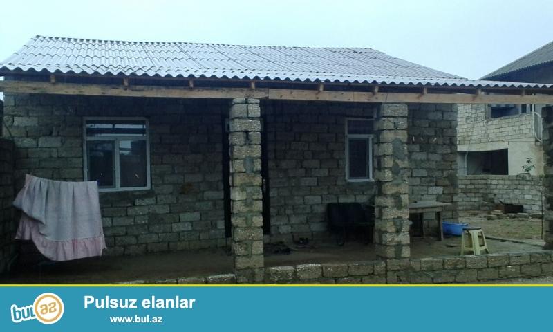 Maştağada Xanlar massivi deyilən yerdə yola az məsafədə  2 sot torpaq sahəsində  ümumi sahəsi 90 kv mt olan kürsülü 3 otaqlı ev satılır...