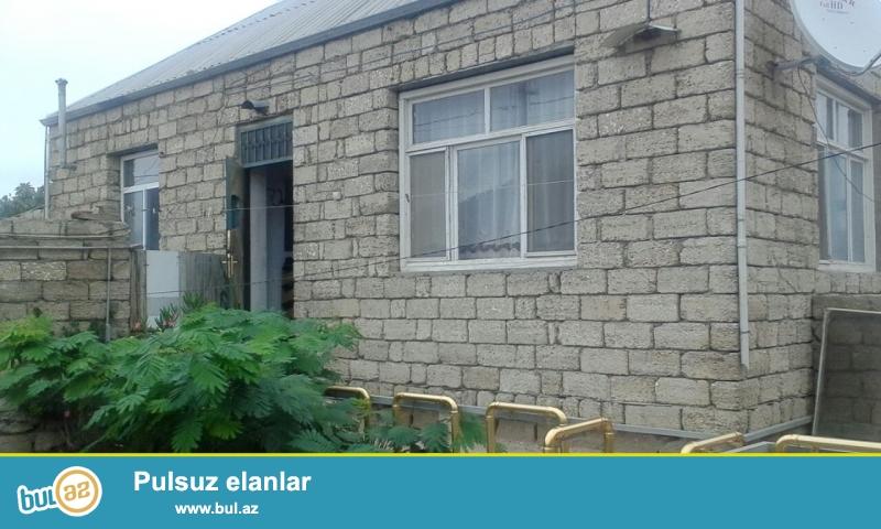 Maştağa Buzovna yolunda yoldan 200 mt məsafədə 3 sot tropaq sahəsində  qoşa daşlı,kürsülü,ümumi sahəsi 130 kv mt olan 5 otaqlı ev satılır...