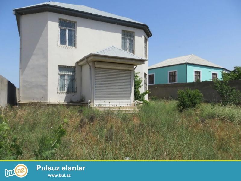 Hökməli dairəsindən 5-dəq məsafədə Qobu yolunun üstündə 2-mərtəbəli,4-otaqlı, 220-kv-lıq ev...