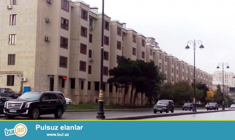 Ясамальский район, пр.  Метбуат около парка Мусабекова продается квартира, проект экспериментальная хрущевка , 1-ый этаж  5-и этажки, квартира переделана из одна комнатной  в 3-х комнатную, с хорошим ремонтом , расширена на 35кв и сквозная, газ, свет  и вода постоянная, цена  81000 Азн...