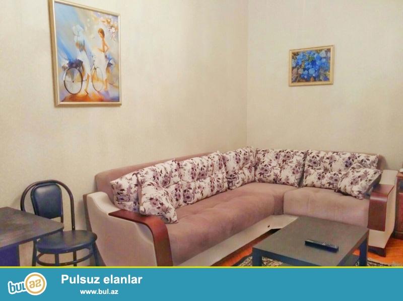 Kiraye gundelik ev<br /> Merkezde Sahil metrosunun yaninda 5 mertebeli binanin 3cu mertebesinde 2 otaqli temirli ev gunluk kiraye verilir...