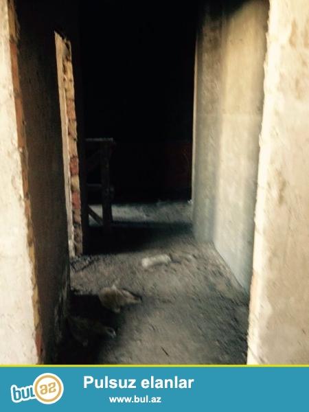 Sebayil rayonu, Badamdar qesebesinde, Caspian Hospitalin yaninda, Bazar Storun ustunde, yeni tikili QAZLI binada, 15/12-ci mertebesinde yerlesen, umumi sahesi 102 m2 olan, temirsiz (padmayak), 2 otaqli menzil satilir...