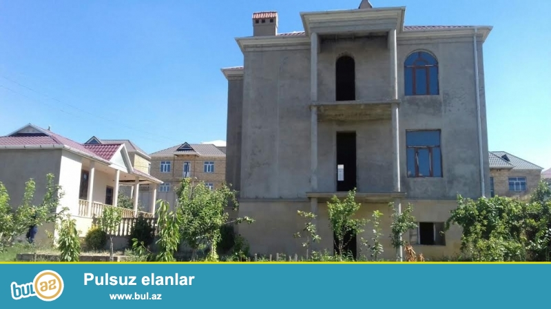 Abşeron rayonu,Qobu yoluna yaxın 10 sotda 3 mərtəbəli villa satılır. 9 otaq,250 kv metrlik ev qoşa daşla tikilib...