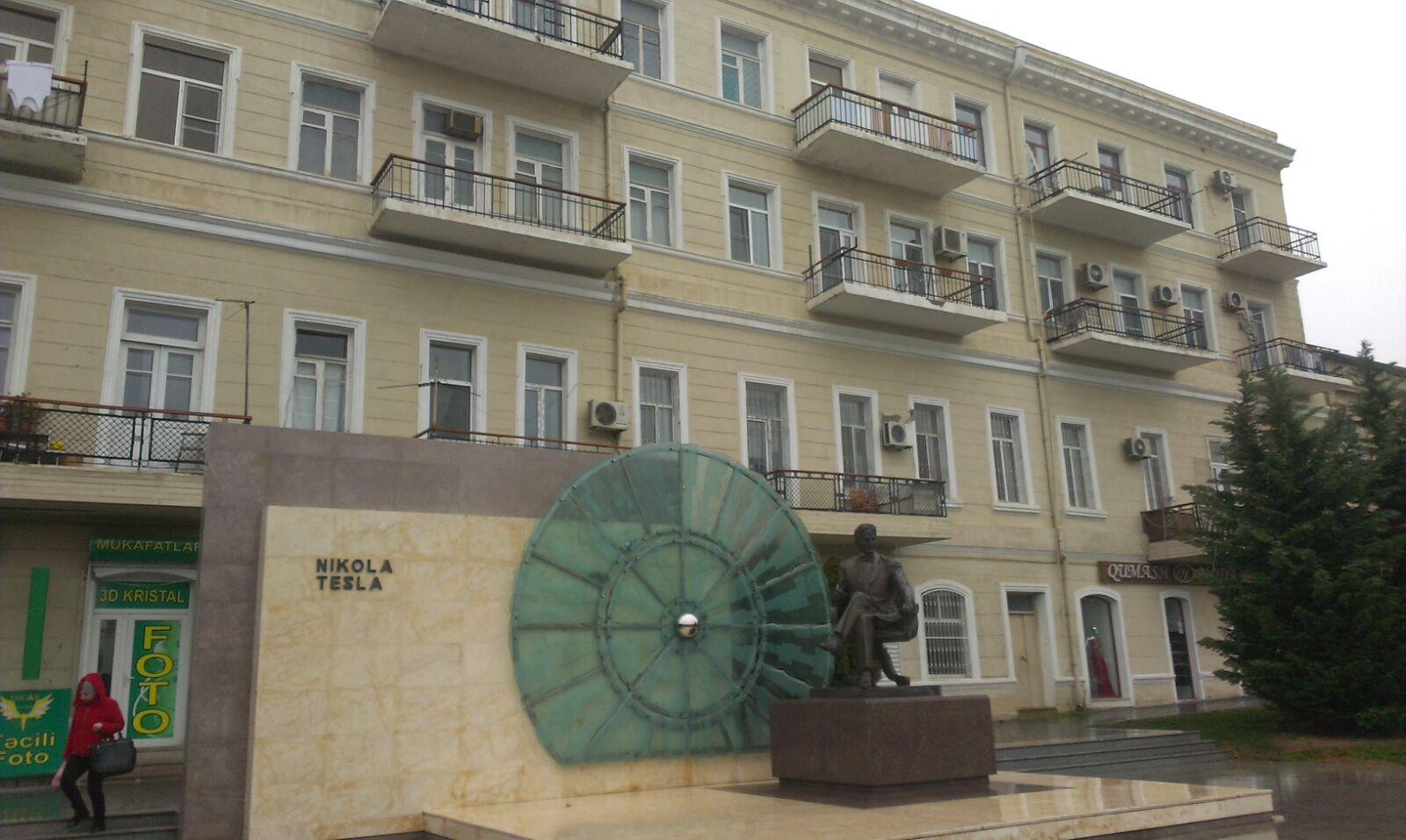 На  проспекте Азадлыг, неподалёку от метростанции «28 май»,   рядом с  памятником в честь «Никола Теслы», продаётся 2-х комнатная квартира...
