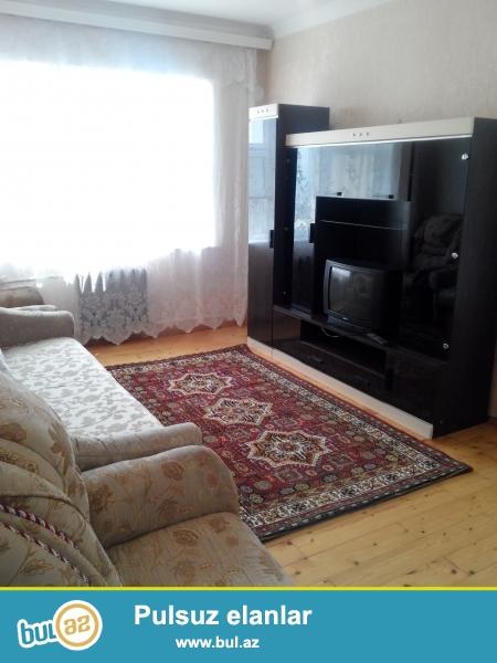 Квартира находиться около бизим маркета в кехне гюнешлех, с хорошим ремонтом и со всеми условиями для проживания, уютная чистая комната, полы деревянные, имеется вся необходимая мебель, шифоньер, диваны кресла, холодильник, телевизор, встроенная кух...