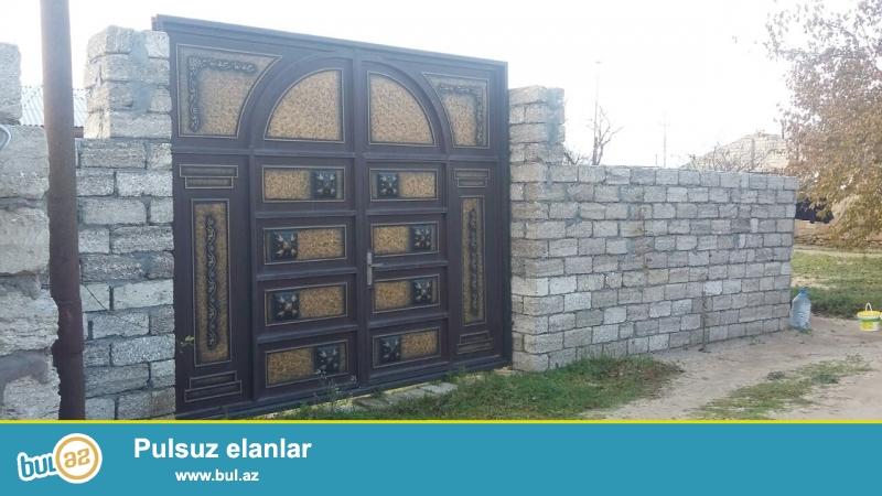 Maştağada Tavaylıq deyilən yerdə  tam marşurut yolunun üstündə  4 sot torpaq sahəsində  3 otaqlı ev satılır...