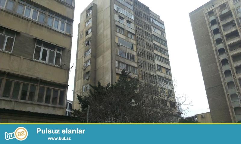 В районе Бинагади, 8-ом микро районе, метростанция «Азадлыг», продаётся 2 комнатная квартира переделанная в 3-х комнатную...