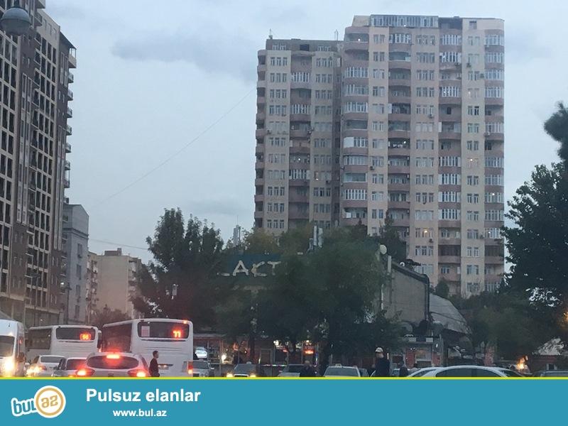 """Yasamal rayonu """"ATV""""-nin yaninda yasayisli binada umumi sahesi 135 m2 olan 3 otaqli podmayak menzil TECILI satilir..."""