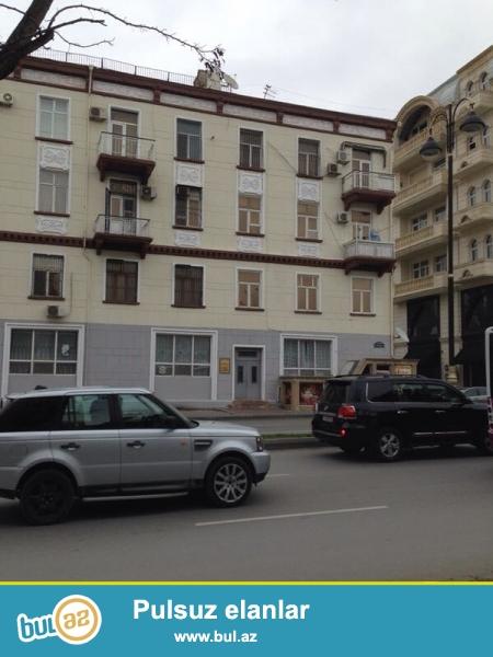 """На проспекте Азадлыг напротив """" Медицинского Университета"""" продается 2-х комнатная квартира с общей площадью 77 ..."""