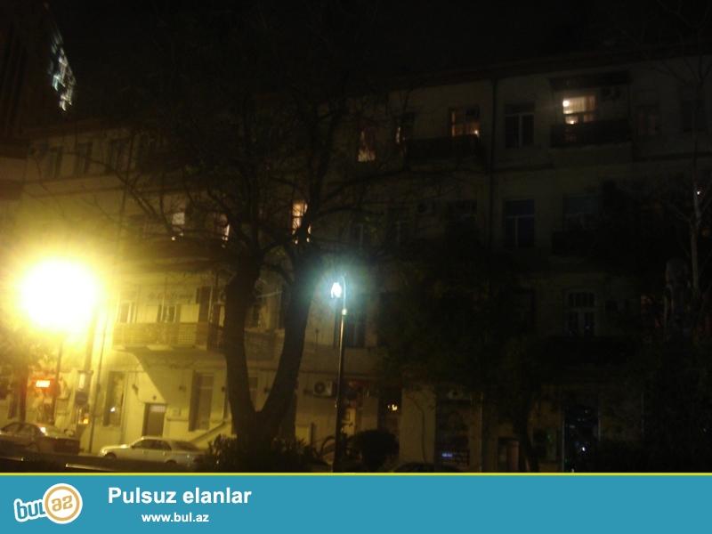 Təcili!!! Şəhərin mərkəzində Axundov bağın yanında Stalin layihəli binada 3 otaqlı təmirsiz mənzil satılır...