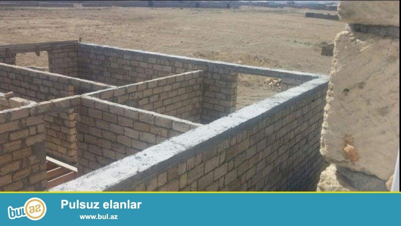 Yeni Saray qəsəbəsi,Sumqayıtdan 12b marşrutunun son dayanacağından 200-300 m aralıda yerləşən yarı tikili ev satılır...