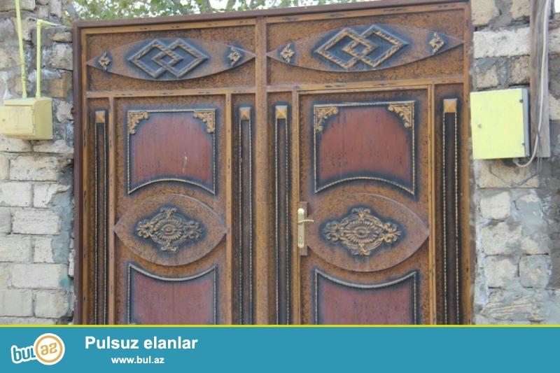 Zabrat 1 qəsəbəsində  QAİnin sağ tərəfində yola yaxın yerdə 1 sot torpaq sahəsində ümumi sahəsi 60 kv mt olan 2 otaqlı ev satılır...