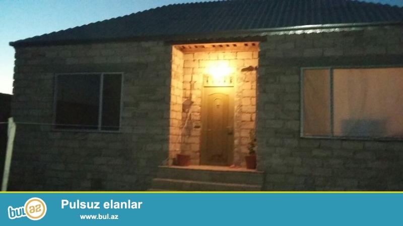 Maştağada Firat mebelin arxasında yoldan az məsafədə 2 sot torpaq sahəsində  qoşa daşla tikilmiş kürsülü,ümumi sahəsi 70 kv mt olan 2 otaqlı ev satılır...