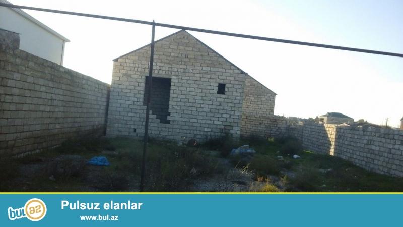 Maştağada Tavaylıq deyilən yerdə yola,kəndiçi marşuruta 100 mt məsafədə 3sot torpaq sahəsinə 3 otaqlı evin yarıtikilisi  satılır...
