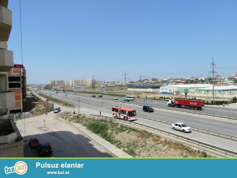 Xırdalan şəhəri Bakı-Sumqayıt magistral yolda yerləşən AAAF inşaata məxsus 3 otaqlı skvaznoy mənzil satılır...