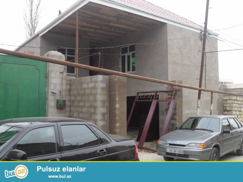 Xırdalan şəhərində 119 nömrəli avtobusun yolunda(dayanacağdan 150 metr məsafədə)<br /> 3otaqlı altı qarajlı həyət evi satılır ...