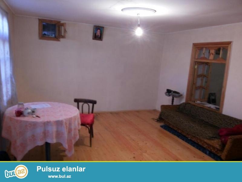 Mingəçevirdə 2 sotun  içində, 110 m2 olmaqla ,  3 otaqlı orta təmirli  ev təcili satılır...