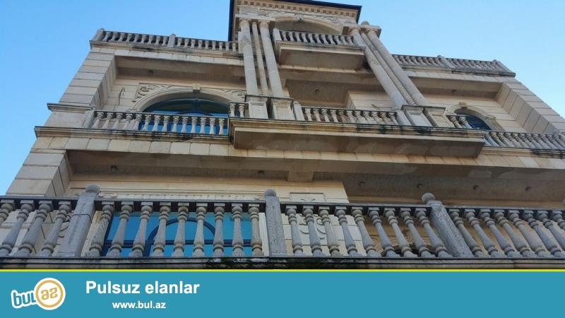Срочно! По проспекту Гасана Алиева  (бывший Инглаб ), рядом с рестораном *ТОНГАЛ * сдается в аренду на долгий срок, 4-х этажная, 7-и комнатная, площадью 800 квадрат, с евро ремонтом вилла ,расположенная на 5-и сотках...