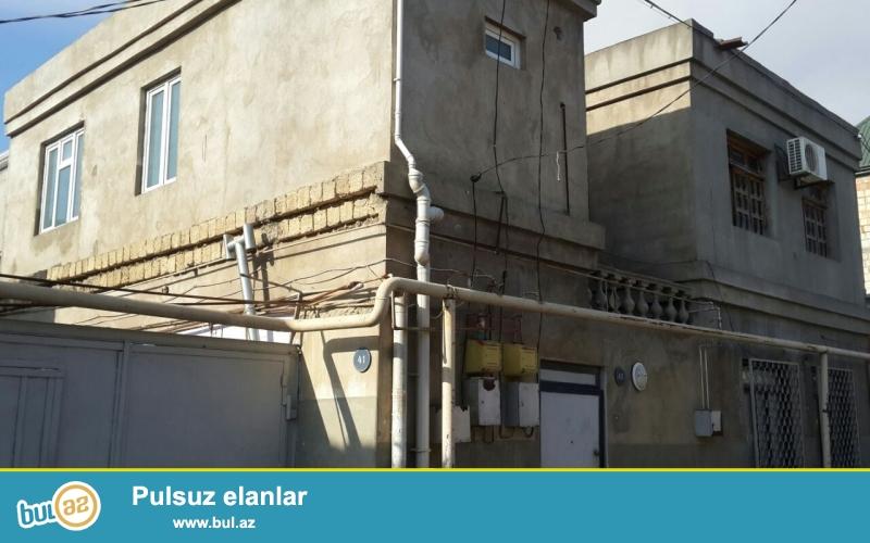 Ev İnşaatçılar ve Elmlər Akademiyasi metrosunun ortasında yerləşir...