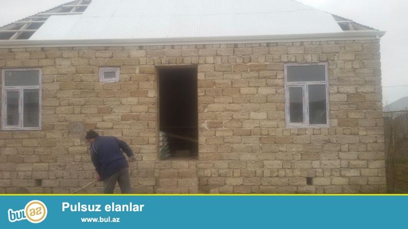 Təcili satılır.Yeni Ramanada tam yolkənarı marşurut yolunun üstündə 3 sot topraq sahəsində qoşa daşlı kürsülü,ümumi sahəsi 100 kv mt olan 3 otaqlı ev satılır...